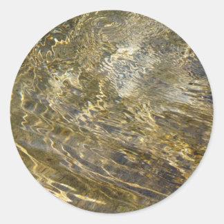 Agua de oro de la fuente pegatina redonda