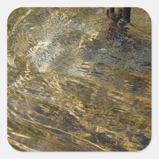 Agua de oro de la fuente pegatina cuadrada