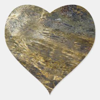 Agua de oro de la fuente pegatina en forma de corazón