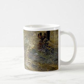 Agua de oro de la fuente taza