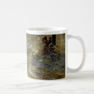 Agua de oro de la fuente taza básica blanca