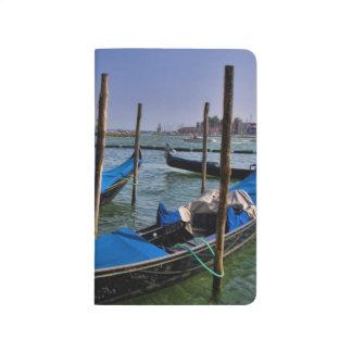 Agua del Gran Canal con los barcos del gondalo Cuaderno Grapado