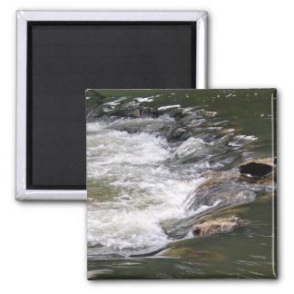 Agua del río Guadiaro saltando entre las rocas Imán Cuadrado