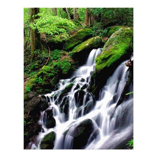 Agua después de las montañas ahumadas de la lluvia membrete