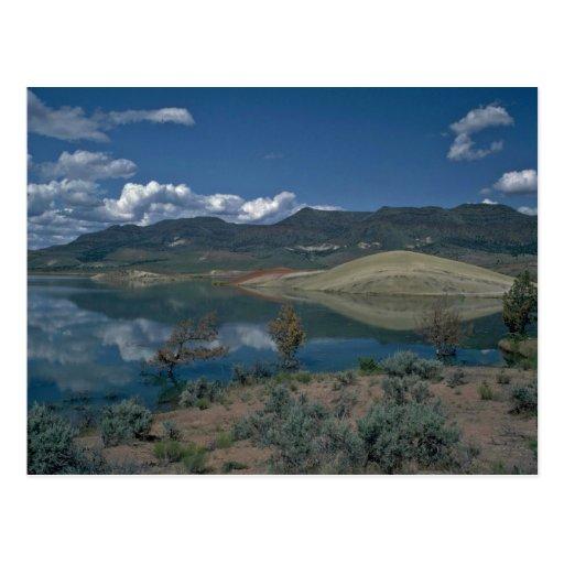 Agua en una montaña postal