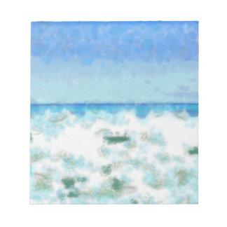 Agua espumosa blanca cerca de la playa blocs de notas