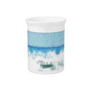 Agua espumosa blanca cerca de la playa jarras para bebida