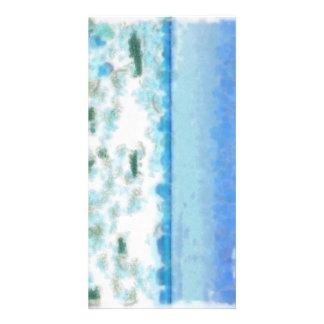 Agua espumosa blanca cerca de la playa tarjeta fotografica personalizada