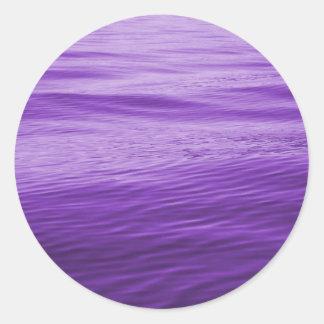 Agua púrpura pegatina redonda