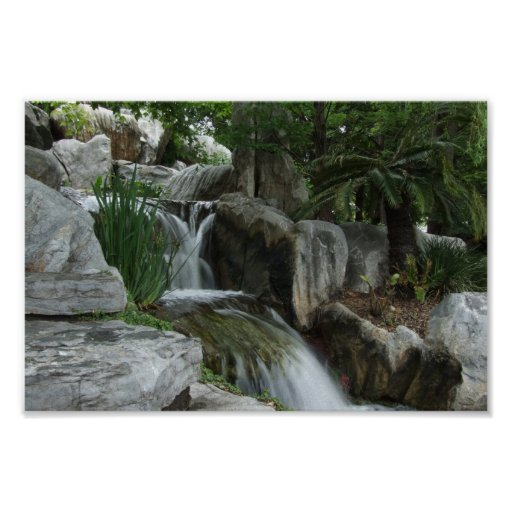 Agua que atraviesa las piedras poster