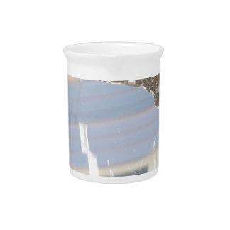 Agua que cae abajo sobre las rocas jarra de beber