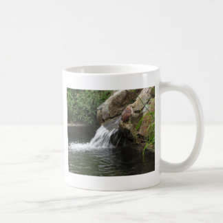 Agua que corre sobre rocas taza básica blanca