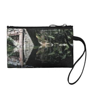 Agua que fluye debajo del puente