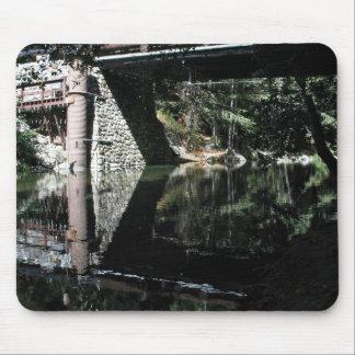 Agua que fluye debajo del puente alfombrilla de ratones