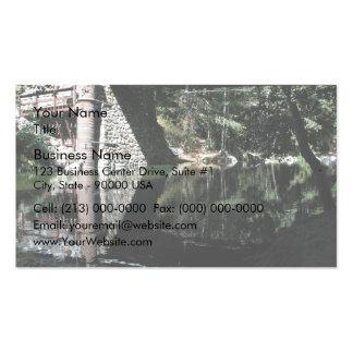 Agua que fluye debajo del puente tarjetas de visita