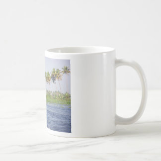Agua que ondula en la laguna costera tazas de café