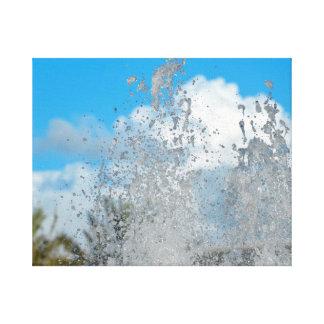 agua que salpica contra el cielo azul lona estirada galerías
