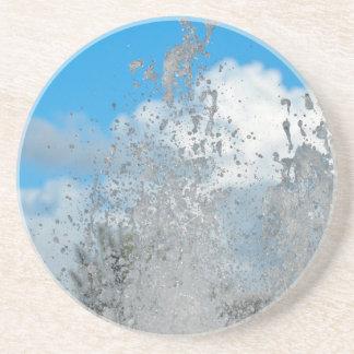 agua que salpica contra el cielo azul posavasos cerveza