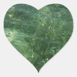 Agua sobre el pegatina del corazón de la hierba de
