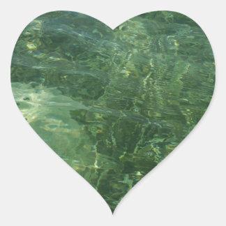 Agua sobre la foto (azul y verde) de la hierba II Pegatina En Forma De Corazón