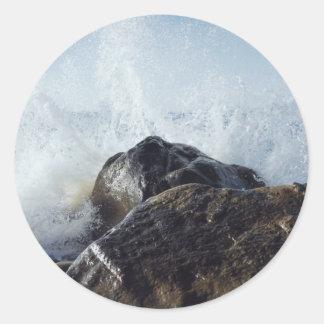 Agua temática, onda traviesa que salpica en el pegatina redonda
