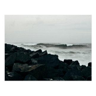 Agua temática, una caída grande de rocas negras postales