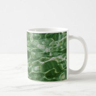 Agua verde taza básica blanca