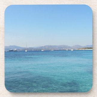 Agua y barcos claros de mar de la turquesa en el posavasos de bebidas