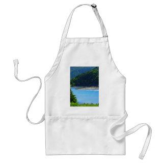 Agua y montañas hermosas de la playa delantal