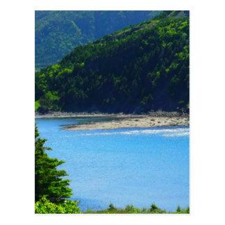 Agua y montañas hermosas de la playa postales