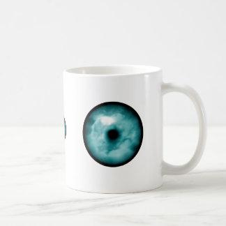 Aguamarina azul del gráfico de la nube del ojo ver taza básica blanca