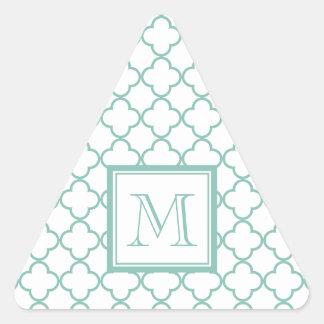 Aguamarina Quatrefoil blanco el   su monograma Pegatina Triangular