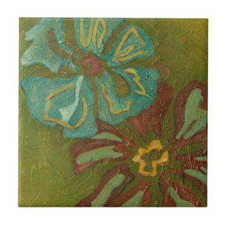 Aguamarina y flores anaranjadas quemadas en fondo azulejo cuadrado pequeño