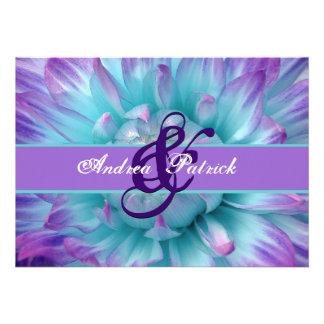 Aguamarina y pétalos púrpuras de la flor que casan invitacion personal