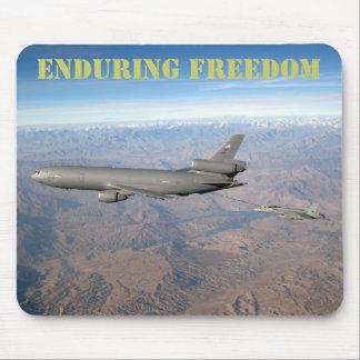 Aguantando la libertad un KC-10 reaprovisiona un F Alfombrillas De Raton
