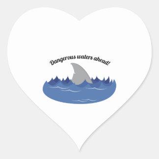 Aguas peligrosas pegatina en forma de corazón