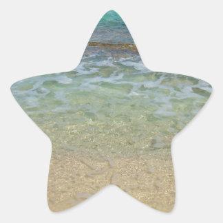 Aguas tranquilas de la playa pegatina en forma de estrella