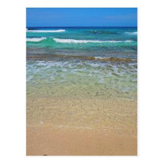 Aguas tranquilas de la playa tarjetas postales
