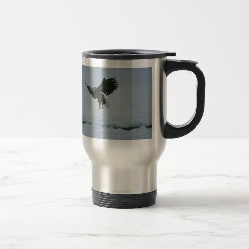 águila calva en vuelo taza de café