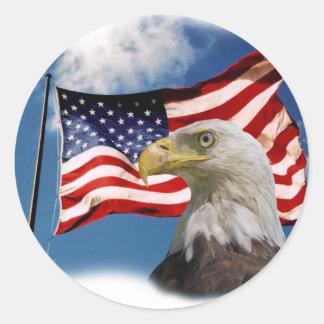 águila calva y bandera pegatina redonda