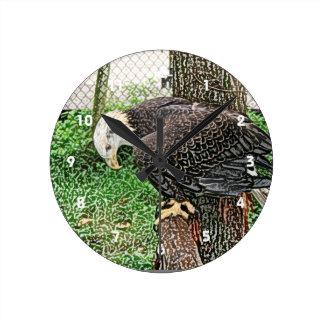 águila que mira abajo de bosquejo de la perca reloj redondo mediano