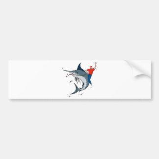 aguja azul que salta con el montar a caballo del p etiqueta de parachoque