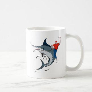 aguja azul que salta con el montar a caballo del p taza de café