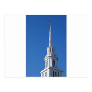 Aguja blanca de la iglesia tarjetas postales