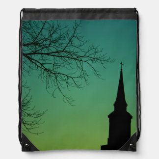 Aguja cruzada cristiana de la iglesia en el crepús mochilas