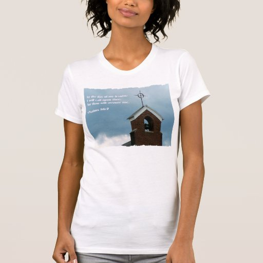 Aguja de la iglesia en camiseta del cristiano de poleras