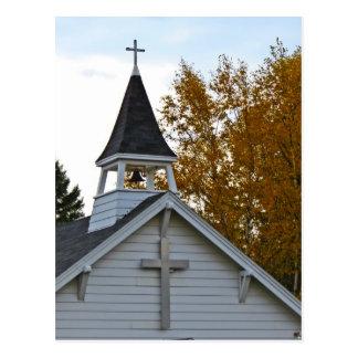 Aguja de la iglesia en otoño postales