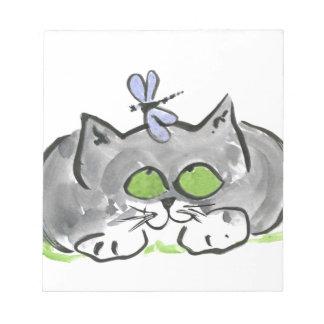 Aguja que zurce azul y gatito gris blocs