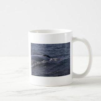 Agujero del soplo de la ballena jorobada taza de café