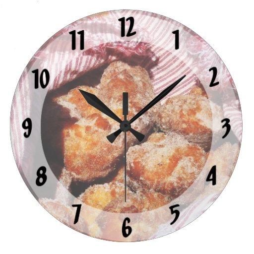 Agujeros azucarados del buñuelo relojes
